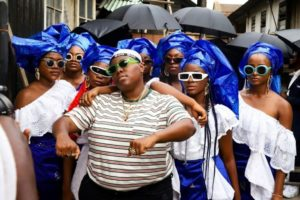 Teni with some women