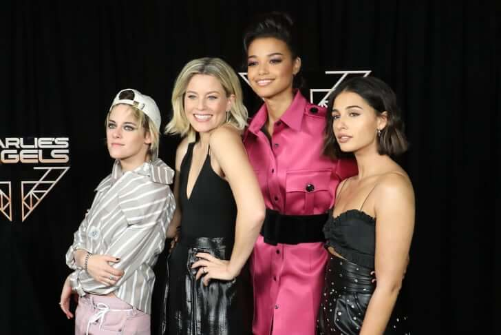 Elizabeth Banks flanked by the lead characters in Charlie's Angels