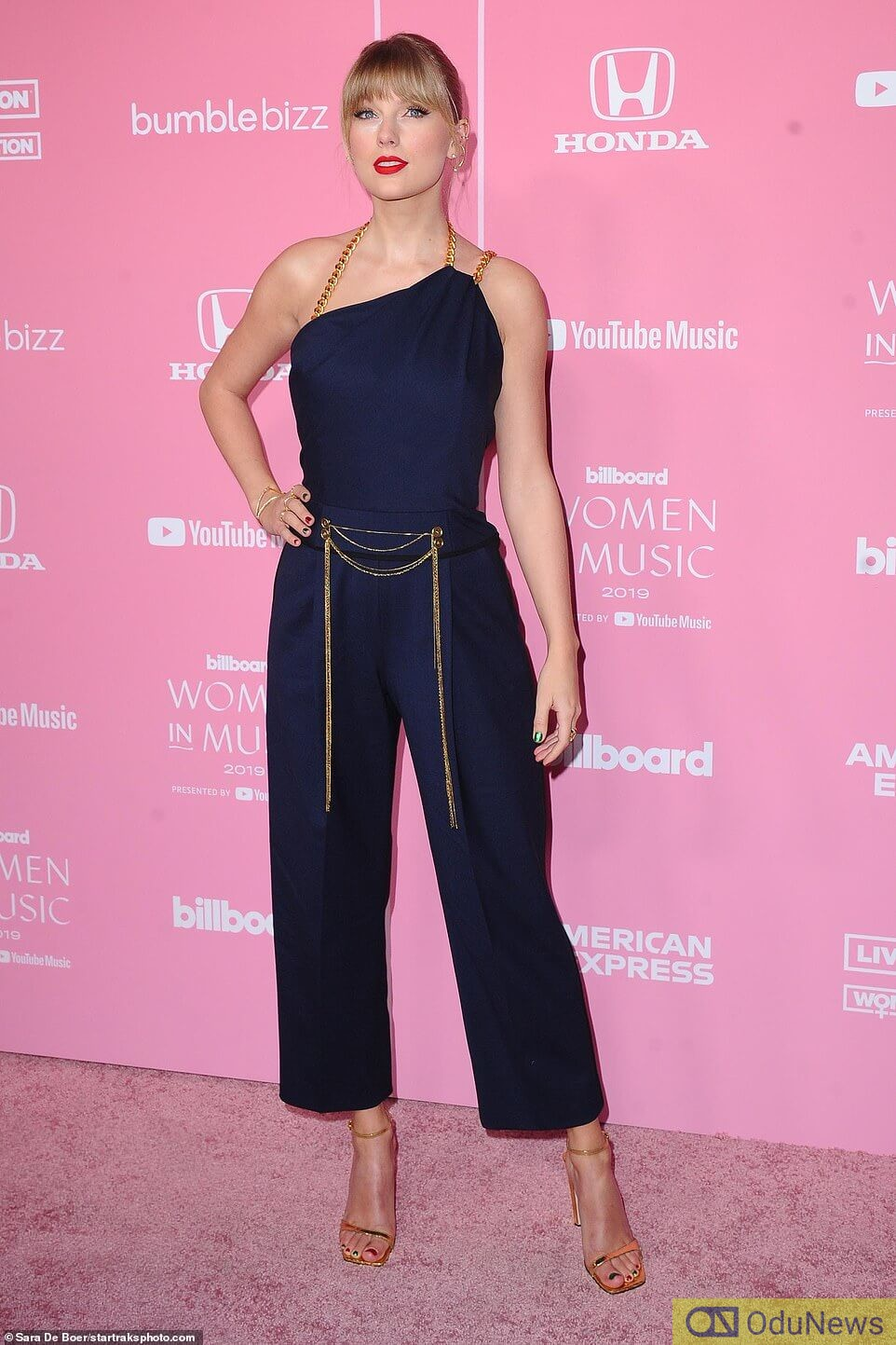 Taylor looked gorgeous in a dark blue gown