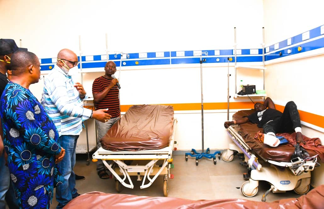 Governor Akeredolu visits Akure Explosion victims in the hospital