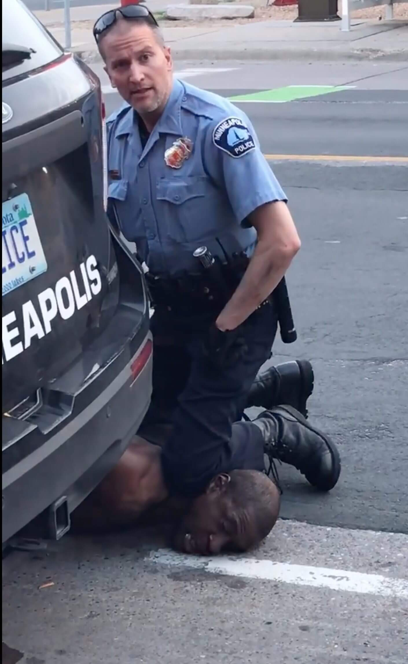 The police officer with his knee on Floyd's neck