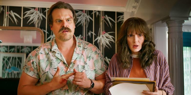 David Harbour and Winona Ryder in STRANGER THINGS Season 3